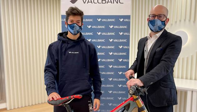 El director general de Negoci de Vall Banc, Sergi Martín i el biker Arnau Graslaub Miró