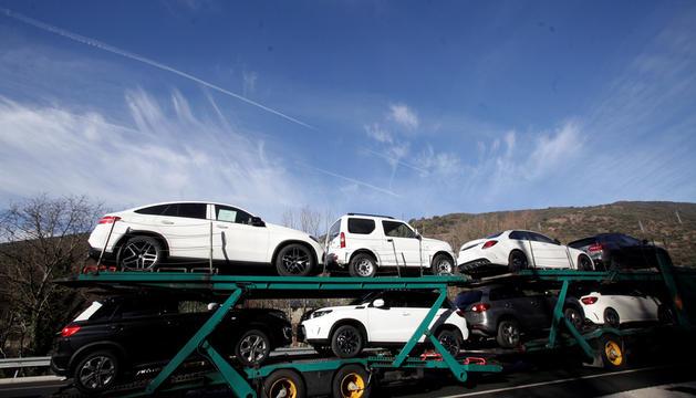Un camió transporta vehicles nous.