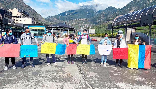 Manifestació de residents colombians a la plaça del Poble
