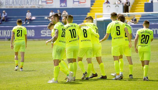 Els jugadors i el cos tècnic de l'FCAndorra van celebrar amb eufòria la classificació per al 'play-off' d'ascens a Segona A.