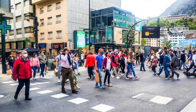 Visitants i turistes passejant per l'avinguda Meritxell.