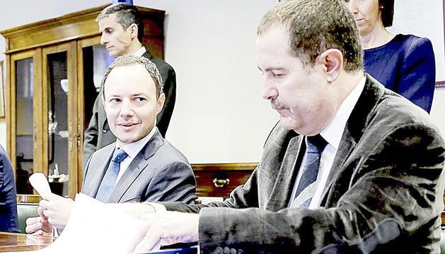 Espot i Estañol en la signatura del conveni entre Govern i la Cambra de Notaris el 2016.