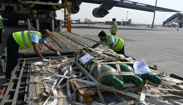 Arribada de bombones d'oxigen a l'aeroport de Delhi.