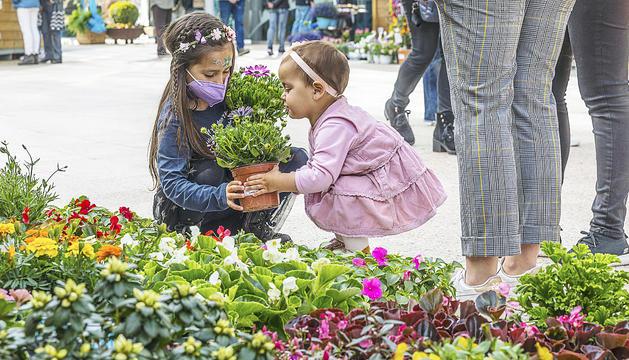 Dues nenes, a la plaça de les Fontetes durant la inauguració d'Andoflora.