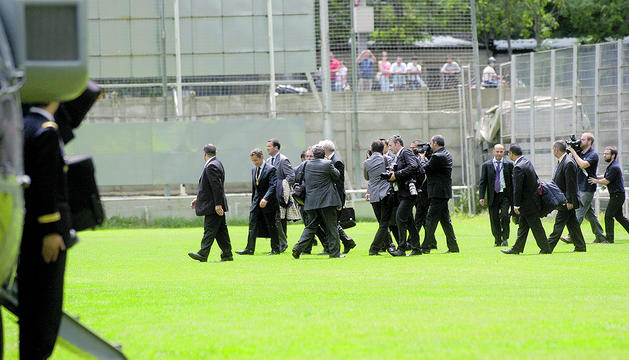 Sarkozy, abans de pujar a l'helicòpter per marxar.
