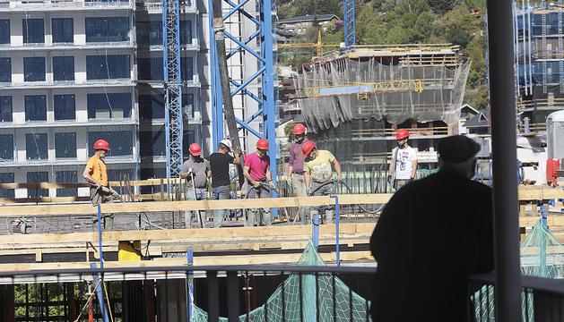 Operaris de la construcció treballant en una obra la setmana passada.