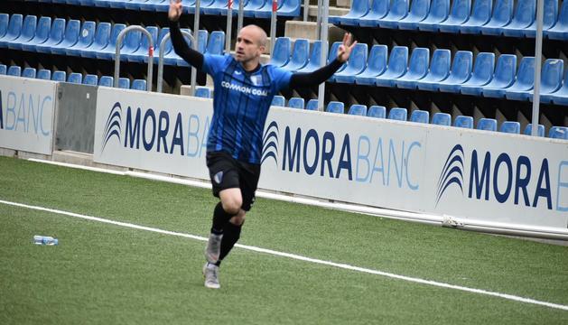 Marc Pujol celebra el primer gol