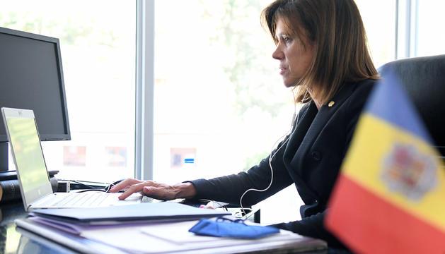 La ministra d'Educació i Ensenyament Superior, Ester Vilarrubla, durant la taula rodona
