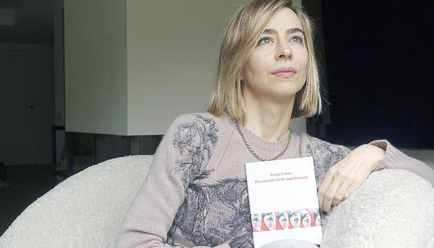 La poeta i escriptora Teresa Colom amb el seu últim llibre.