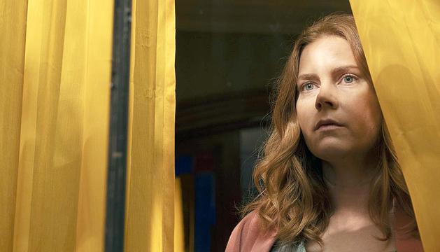 Amy Adams en un moment de 'La mujer en la ventana', ja disponible a Netflix.