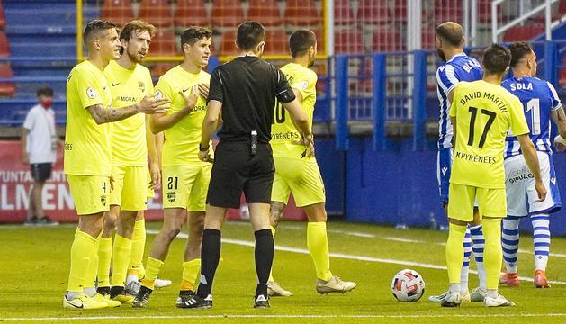 Els jugadors tricolors protesten l'expulsió de Martí Vilà.