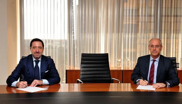 Alberto del Cid, d'Inversis, i José Luis Dorado, de Vall Banc, han signat l'acord