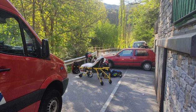 Accident entre un turisme i una motocicleta al camí ral de la Massana