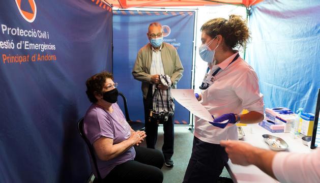 Un dona rebent el certificat després d'haver-se vacunat.