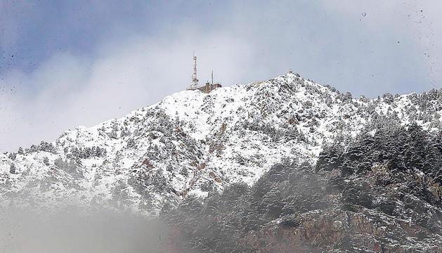 El pic de Carroi amb l'antena visible des de la vall central.