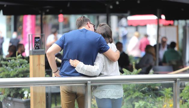 Una parella s'abraça a la plaça de la rotonda d'Andorra la Vella.