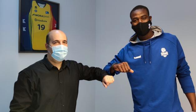 Gorka Aixàs i Moussa Diagne, en el moment de signar la renovació.