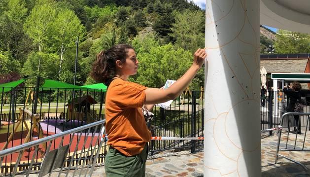 L'artista Judit Rodrigo pintant el mural al Prat Gran.