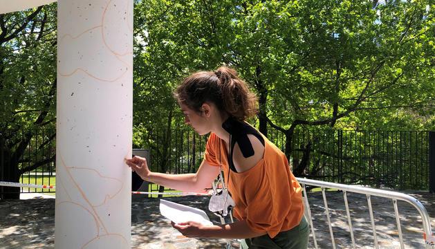 L'artista Judit Rodrigo fent el traçat.