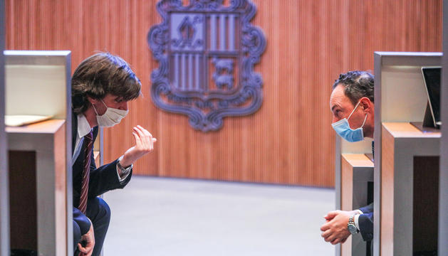 Carles Enseñat i Xavier Espot conversant durant una sessió del Consell General.