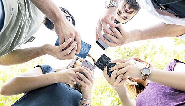 Persones utilitzant dispositius mòbils.