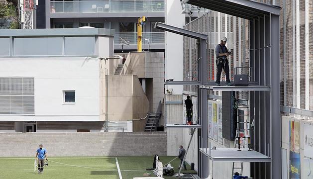 La nova plataforma, i la sala de control al fons.