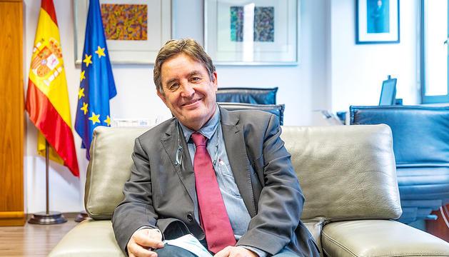 Luis García Montero durant l'entrevista a l'ambaixada d'Espanya.