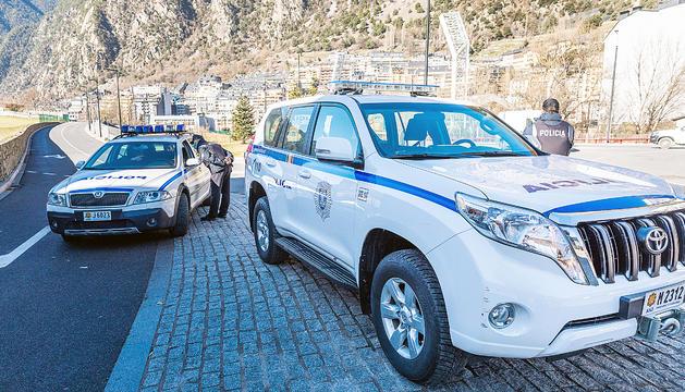 Dos cotxes del cos de policia.