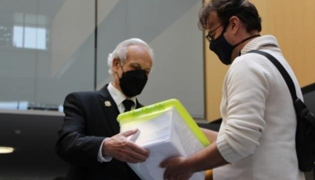 El president de l'ACU, Lluís Ferreira, lliura les signatures contra la taxa de carboni al Consell General
