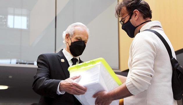 Ferreira entregant les firmes al Consell General.