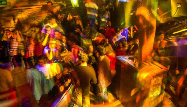 Una festa en una discoteca del país.