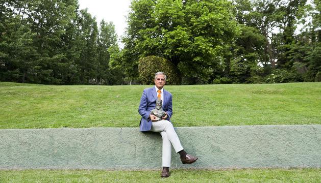 Lluís Prats amb el X Premi Carlemany al Foment de la Lectura.