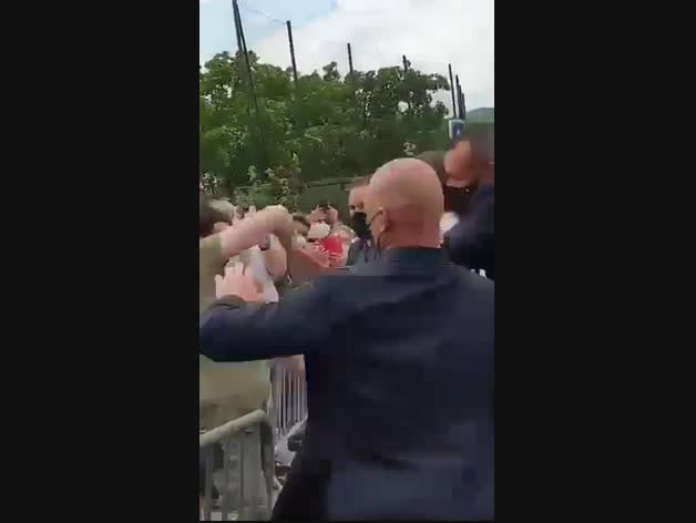 Un home etziba una bufetada a Emmanuel Macron
