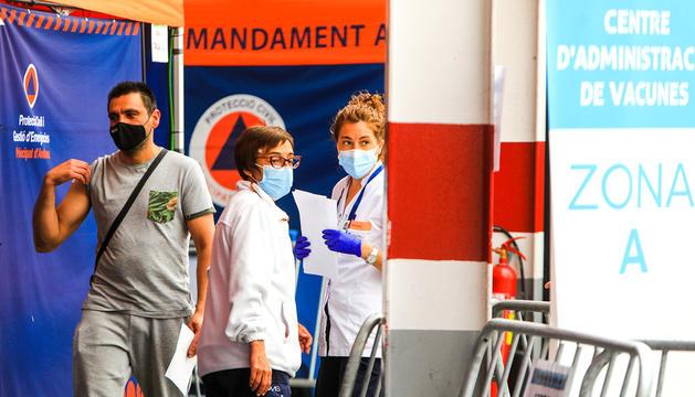 Un pacient recollint un certificat de vacunació al recinte de l'antiga plaça de braus.