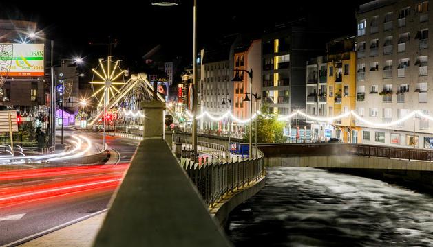 Carrers il·luminats de nit a Andorra la Vella.