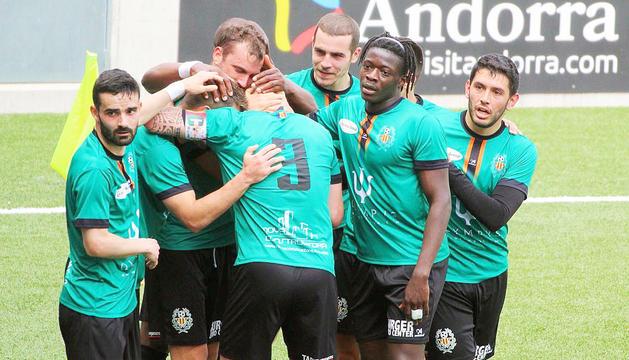 Els jugadors de la UESant Julià celebrant un gol en un dels darrers partits que ha disputat aquesta temporada.