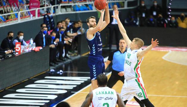 David Jelinek llançant a cistella en una acció del partit d'Eurocup d'aquesta temporada a casa contra l'Unics Kazan.