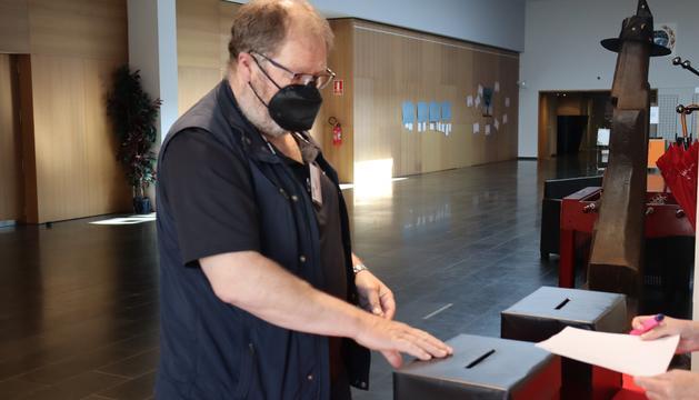El conseller general, Jordi Font, votant.