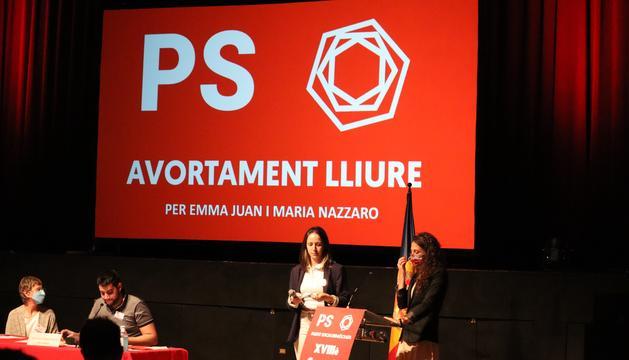 Maria Nazzarro i Emma Juan presentant la ponència sobre l'avortament lliure.