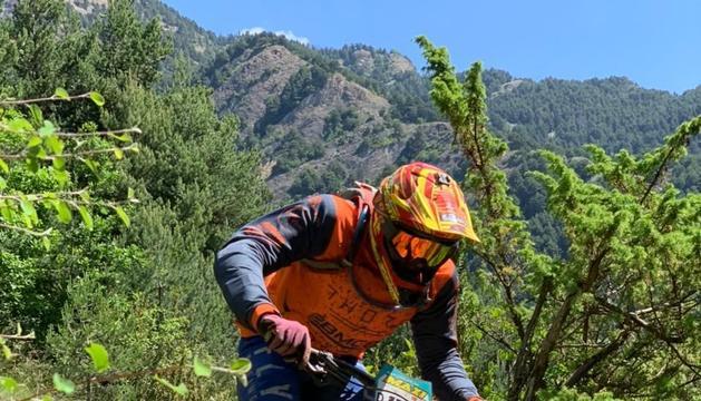 Un biker fent un descens durant el cap de setmana.