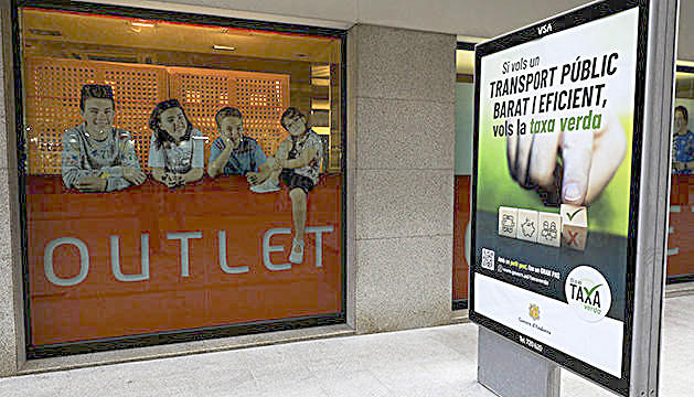 Un rètol publicitari sobre la taxa verda.