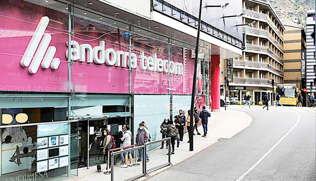 Cues a l'oficina d'Andorra Telecom a Andorra la Vella.