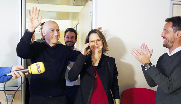 Rosa Gili celebrant la victòria a les comunals amb Pere López.
