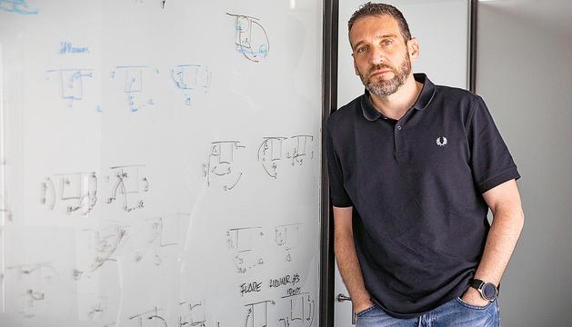 Ibon Navarro atenent el Diari al seu despatx, al Poliesportiu d'Andorra.