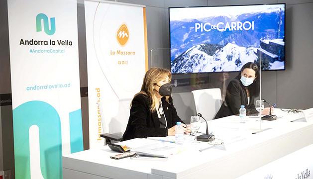 Conxita Marsol i Olga Molné davant una imatge del pic de Carroi.