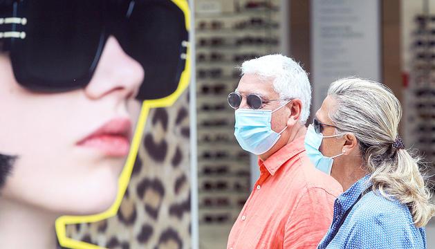 Vianants amb mascareta passejant per l'avinguda Meritxell, ahir.