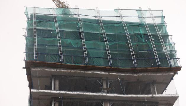 El vent malmet les bastides de seguretat de l'edifici Terrasses d'Emprivat