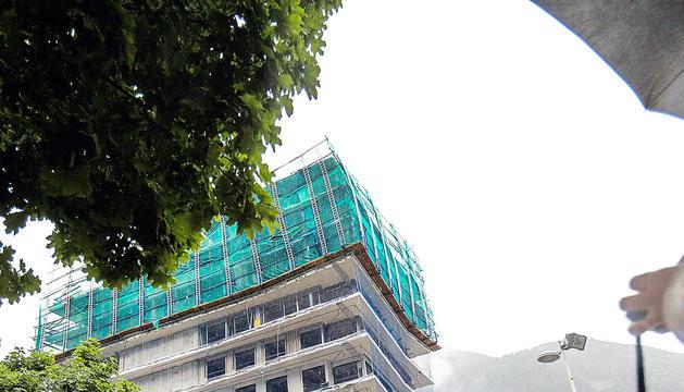 La torre en construcció vista des de la distància, ahir.