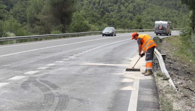 Operari netejant la zona on s'ha produït l'accident