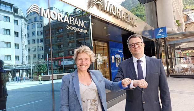 Alfred Mer, director de MoraBanc Assegurances amb Gemma Riu, Clúster Manager durant la signatura